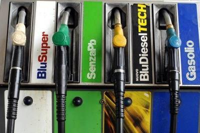 "Giungla benzina in Italia: in Campania la ""verde"" più cara"