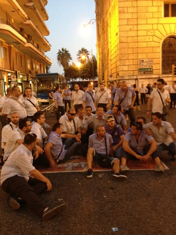 Esplode la rabbia a Salerno, lavoratori Cstp bloccano la città
