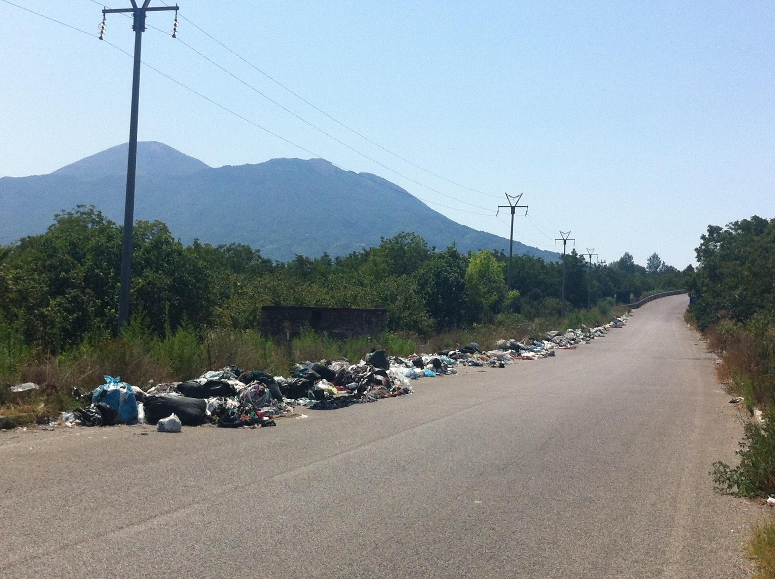 Sotto il Vesuvio tornano i rifiuti, di chi la colpa?