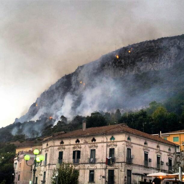 Incendi in Campania, la Regione elimina 200 avvistatori. È giusto?
