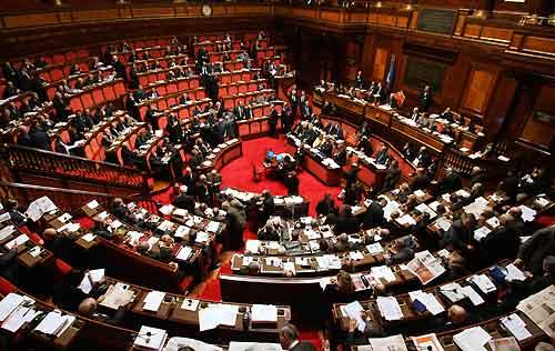 Nell'Italia che va a picco il Parlamento chiude per ferie