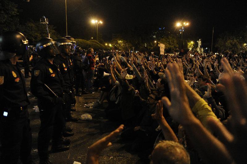 Tornano gli indignados in Spagna, scontri e feriti
