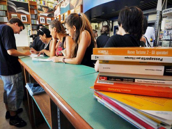 Riaprono le scuole con la stangata caro-libri:+6%