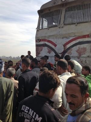 Strage di innocenti in Egitto, treno travolge scuolabus: 47 morti