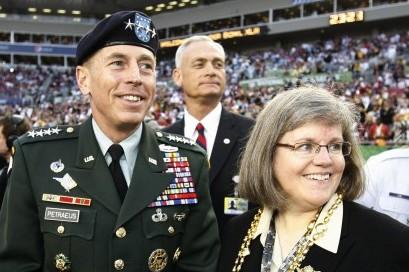 Non è vero che l'amore trionfa sempre, Petraeus lascia la Cia