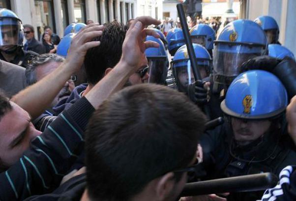 Napolitano a Napoli, tensione in piazza con studenti e operai