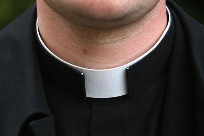 False foto osè di parroco con le ragazzine: donna arrestata
