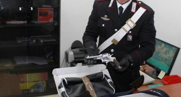 Armi e munizioni nel giardino di una scuola