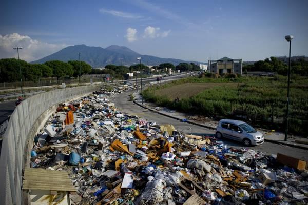 A Napoli torna l'incubo rifiuti, de Magistris fa finta di nulla
