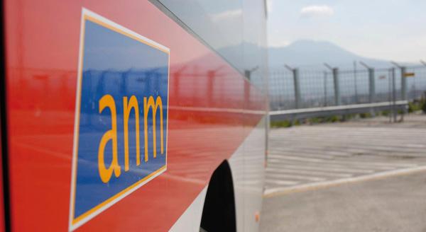 A Napoli lo scontro elettorale sale sui bus senza gasolio