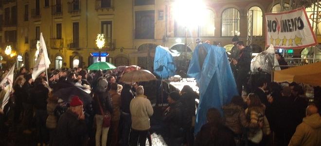 Grillo a Salerno: attenti alla schizofrenia della politica!