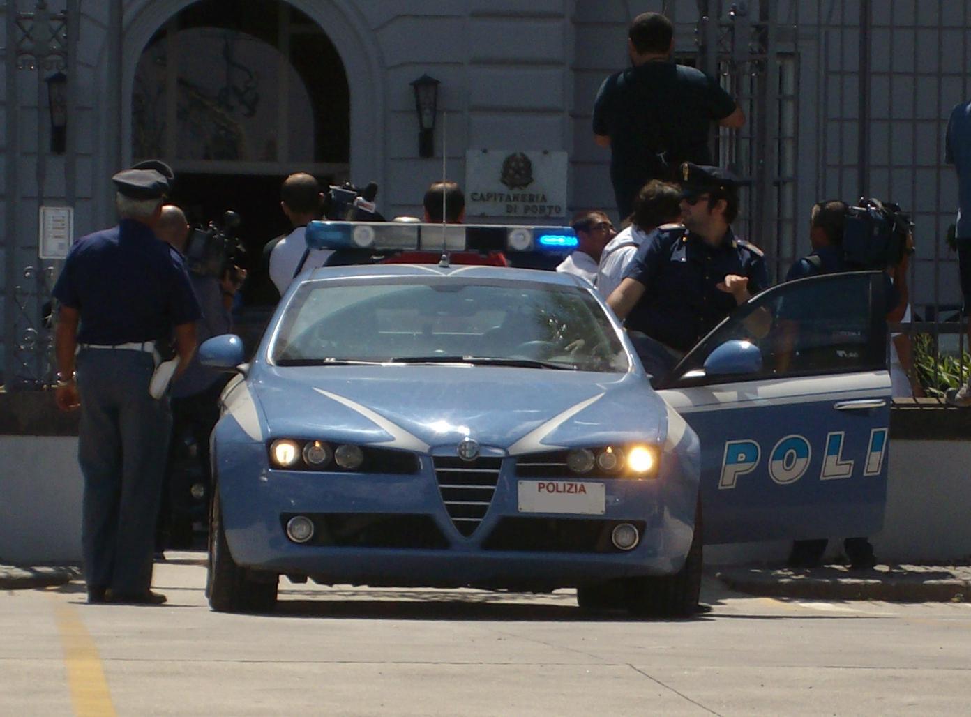 I passanti favoriscono la fuga di un ladro a Napoli