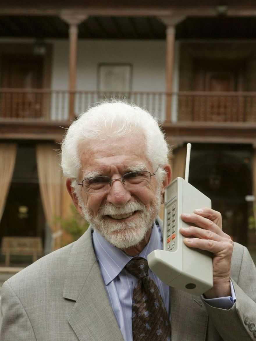 """""""Pronto, ti chiamo dalla strada"""": 40 anni fa nasceva il telefonino"""