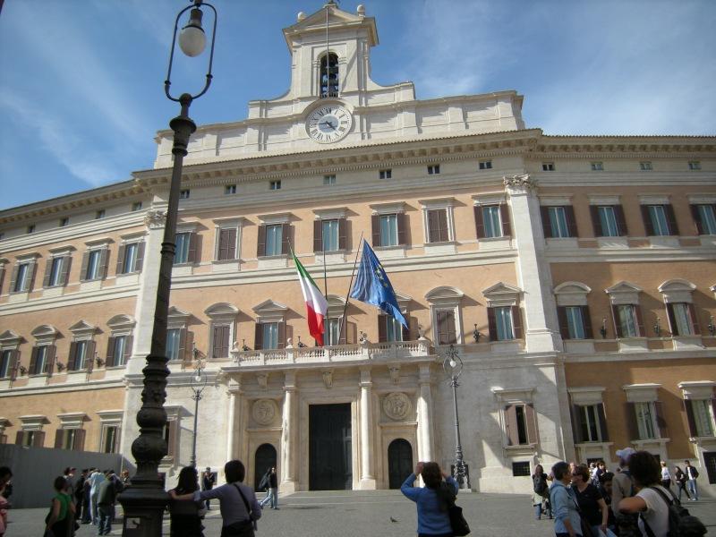 Doppio binario politico: unità a Roma e scontro locale
