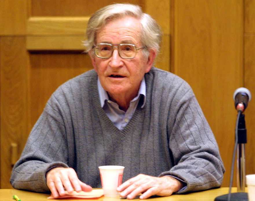 Chomsky: dieci modi per verificare gli inganni dell'informazione