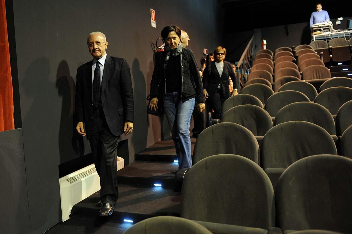 Salerno tra fanfare propagandistiche e crisi nera del teatro