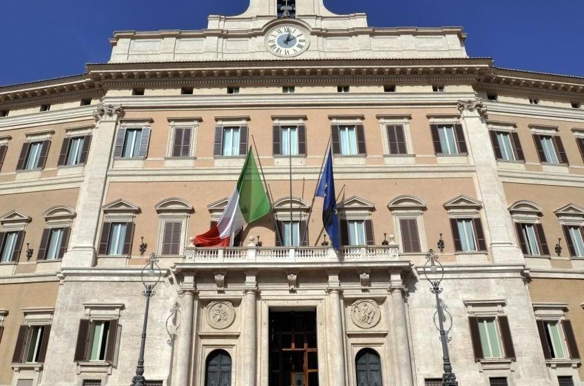 La politica italiana è allo stremo, ripartiamo dagli ultimi