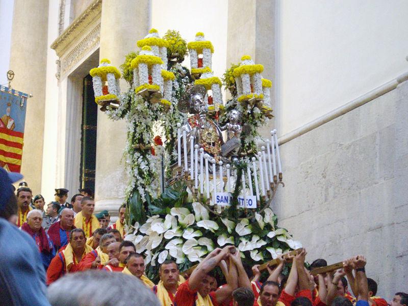 In processione santi e non guitti
