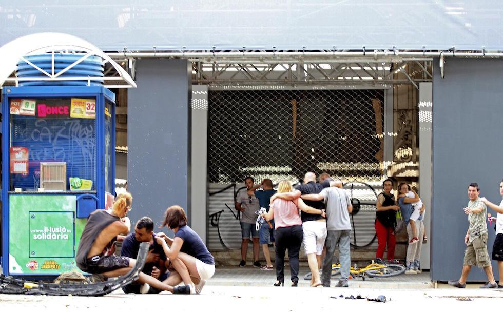 Attentato a Barcellona, furgone sulla folla della Rambla. 13 vittime. Presi due terroristi, l'autista in fuga. Isis rivendica