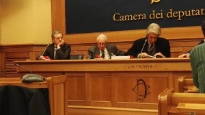 Silvio Pergameno alla Camera tra Andrea Manzi (a sinistra) e Geppy Rippa, direttore di QR
